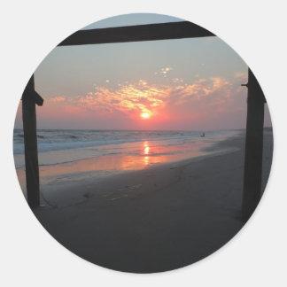 Sonnenuntergang unter dem Pier - Eichen-Insel, NC Runder Aufkleber
