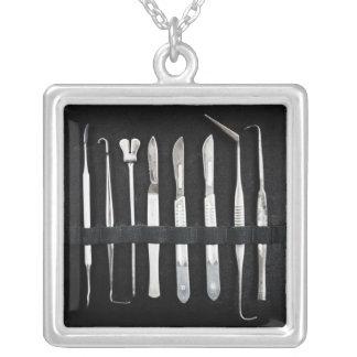 Sortierte Antiken-einbalsamierenwerkzeuge Halskette Mit Quadratischem Anhänger