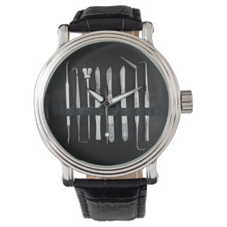 Sortierte Antiken-einbalsamierenwerkzeuge Uhr