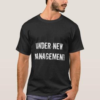 Sous le T-shirt des hommes drôles de mariage de