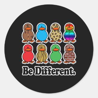 Soyez différents canards sticker rond