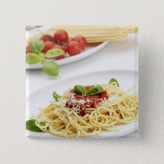 Spaghettis mit Tomatensauce und Basilikum Quadratischer Button 5,1 Cm