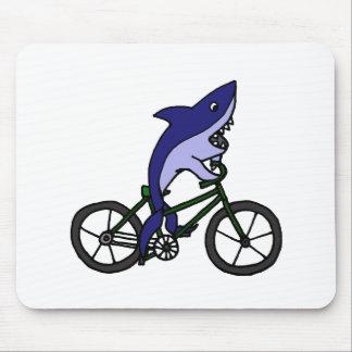 Spaß-blauer Haifisch, der grünes Fahrrad fährt Mauspad