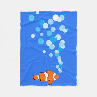 Spaß und niedliches Clownfish und Blasen Fleecedecke