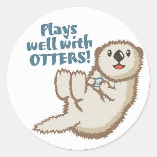 Spiele gut mit Otter-Aufkleber Runder Aufkleber