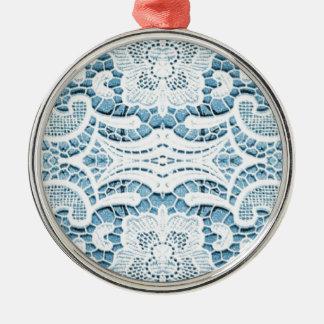 Spitzemuster mit weichem blauem Hintergrund Rundes Silberfarbenes Ornament