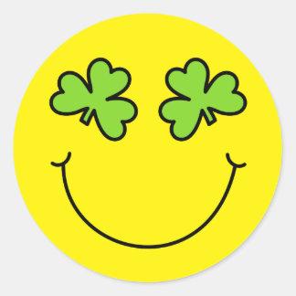 St Patrick TagesKleeblatt mustert Smiley Runder Aufkleber