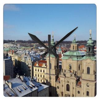 Stadt von Prag und von barocken Kirche Sankt Quadratische Wanduhr