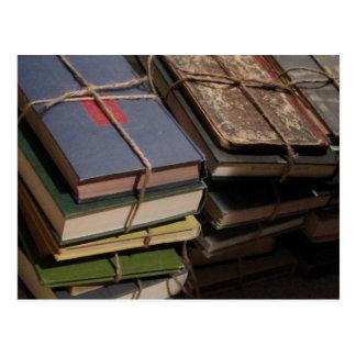 Stapel des alten Buches Postkarte