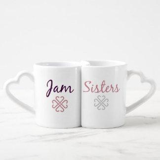 Stau-Schwestern, die Tassen nisten