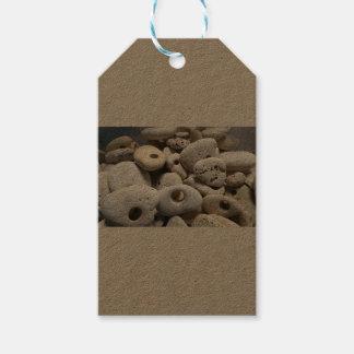 Steine mit Lochaufklebern Geschenkanhänger