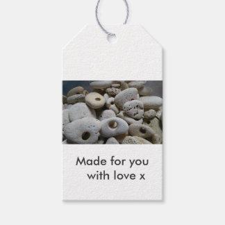 Steine mit Löchern. Gemacht für Sie mit Liebe Geschenkanhänger