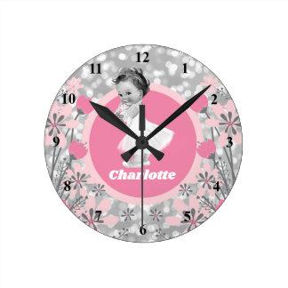 Stellen Sie Ihr eigenes Baby-Namen-rosa mit Runde Wanduhr