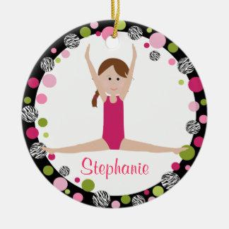 Sterngymnast-Brown-Haar in rosa personalisiertem Rundes Keramik Ornament