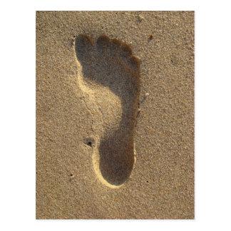 Strand-Hochzeits-Abdruck im Sand Postkarte