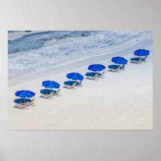Strand-Stühle mit blauem Regenschirm auf Poster