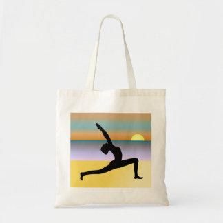 Strand-Yoga-Frau, die Budget Stoffbeutel