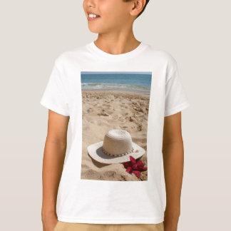Strandhut und -Blume T-Shirt