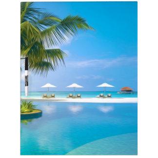 Strandstühle mit Regenschirmen mit Sonnenschein Trockenlöschtafel