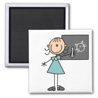 Strichmännchen-Mädchen am Kreide-Brett-Magneten Quadratischer Magnet