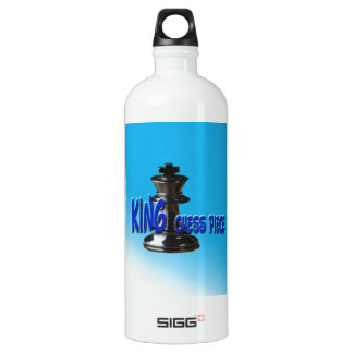 Stück König-Schach mit Hintergrund Aluminiumwasserflaschen