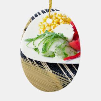 Stücke frisches rohes Gemüse auf einer weißen Ovales Keramik Ornament