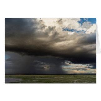 Sturm, der über den nahe gelegenen Steigungen des Karte