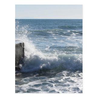 Stürmisches Meer entlang Toskana-Küstenlinie in Postkarte