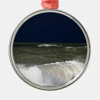 Stürmisches Meer mit Wellen und ein dunkelblauer Silbernes Ornament