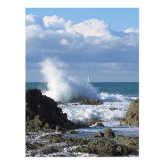 Stürmisches Meer und Segelboot entlang Postkarte