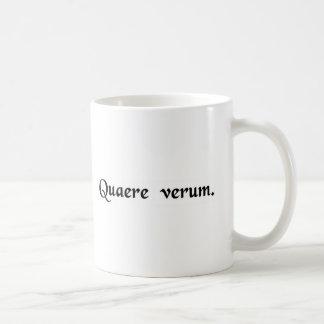Suchen Sie die Wahrheit Kaffeetasse
