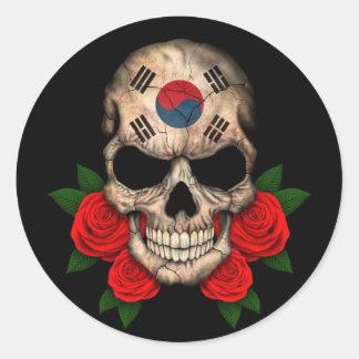 Südkoreanischer Flaggen-Schädel mit Roten Rosen Runder Aufkleber