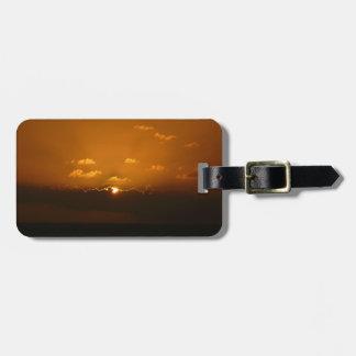Sun hinter Orangen-Meerblick der Wolken-I Kofferanhänger