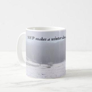 SUPPE stellt einen Wintertag eine kleine Kaffeetasse