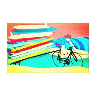 Surfer auf Fahrrad-tragenden Surfbrettern Leinwanddruck