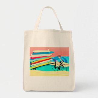 Surfer auf Fahrrad-tragenden Surfbrettern Tragetasche