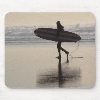 Surfer auf Ozean-Strand