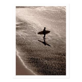 Surfer seul carte postale