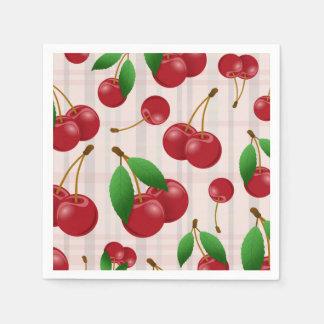 süße rote Kirschen auf Pastellkariertem Serviette