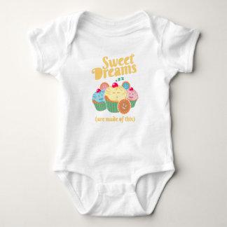 Süße Träume werden… von den kleinen Kuchen und von Baby Strampler