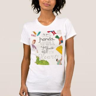 T-shirt de maternité des mains de la maman plein