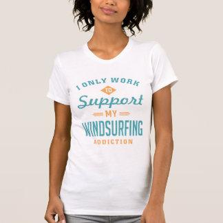 T-shirt extrême faisant de la planche à voile de