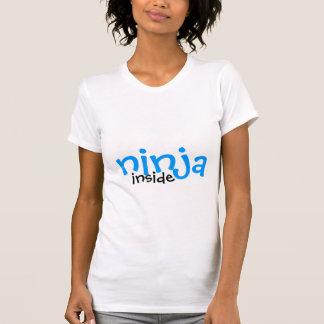 T-shirt ninga à l'intérieur de la chemise de maternité