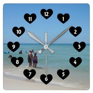 Tag am Strand mit Herz-Wanduhr Quadratische Wanduhr
