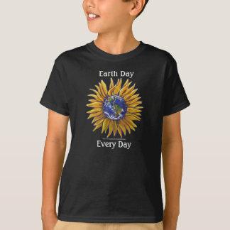 Tag der Erde-Sonnenblume scherzt dunkles T-Shirt