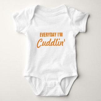 Täglich bin ich Cuddlin lustiges Baby Baby Strampler