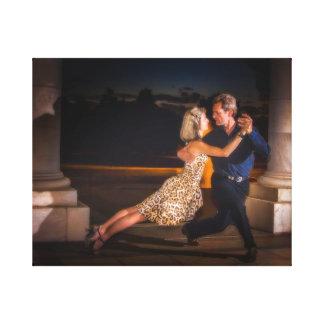 Tangotanzen an der Dämmerung Gespannte Galerie Drucke