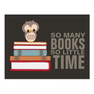 Tant de livres tellement peu de ballot mignon de carte postale