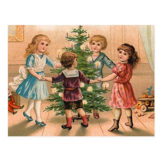 Tanzen um den Weihnachtsbaum Postkarte