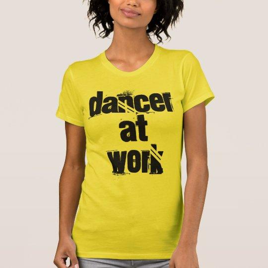 Tänzer am Arbeits-Gelb-angepassten T - Shirt